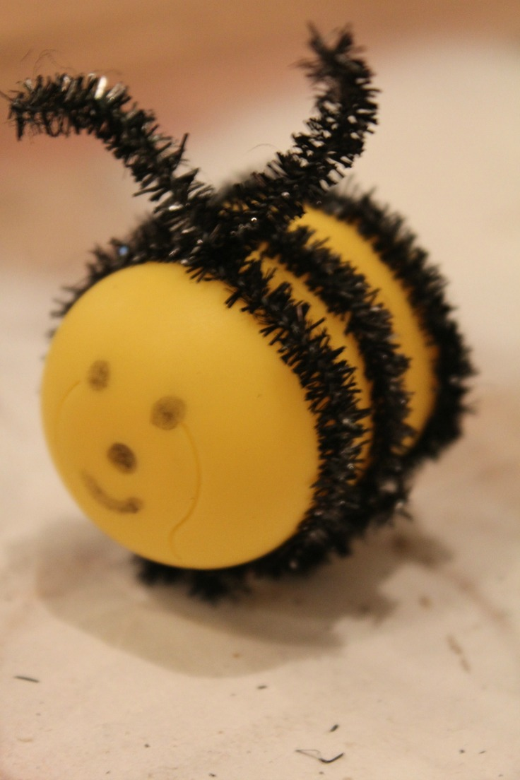 Tutorial on how to make a bee with Kinder eggs and chenille pipes