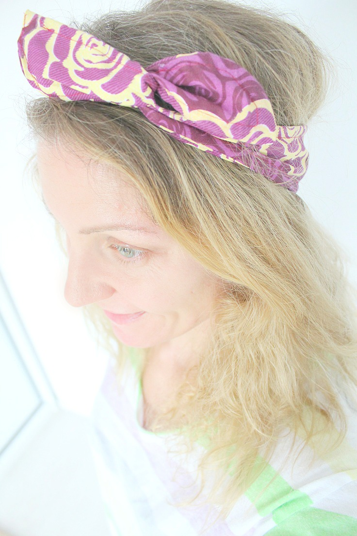 Blonde woman wearing a wire headband in purple and light yellow