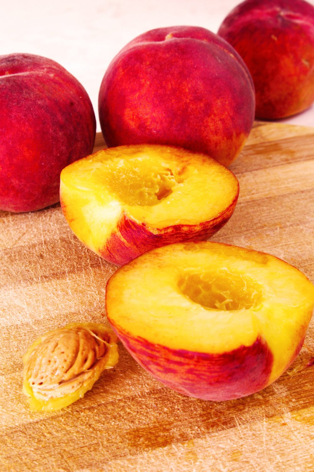 Method to pit peaches easily in just a matter of seconds