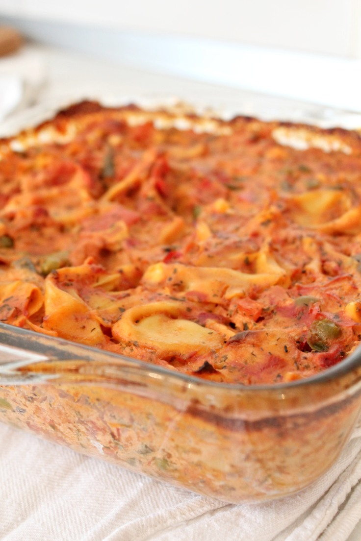 Cheesy baked tortellini with vegetables